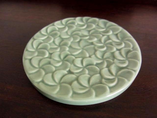 バリ島・タバナン焼き フランジパニの円型お香立て(グリーン)IA028
