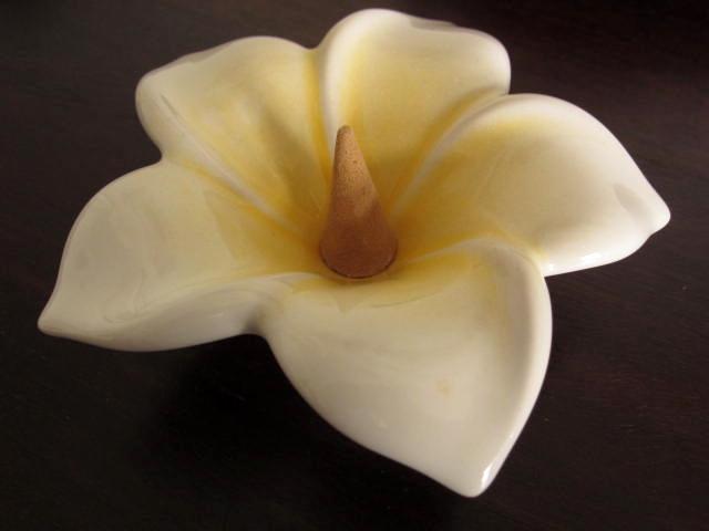 バリ島・タバナン焼き フランジパニのお花のお香立て(ホワイト)IA031
