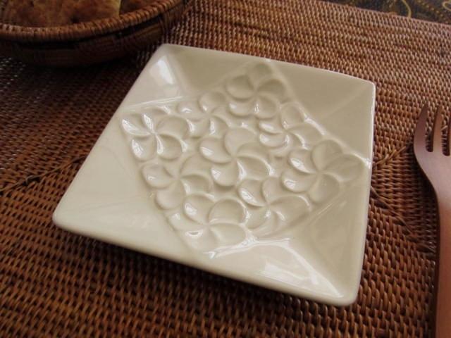 バリ島・タバナン焼き フランジパニのスクエアプレート(ホワイト)IA044