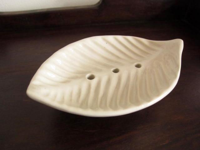 バリ島・タバナン焼き 葉っぱの形のソープディッシュ/石けん皿(ホワイト)IA046