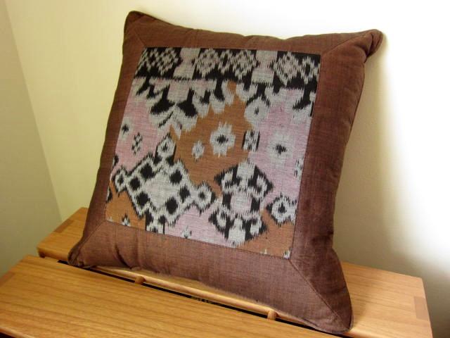 イカット(かすり織り)製クッション(40cm正方形/ブラウン/中綿付き)IK032