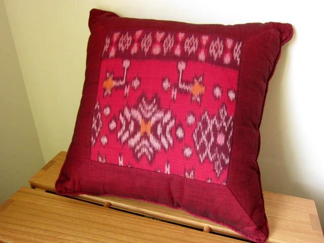 イカット(かすり織り)製クッション(40cm正方形/ダークレッド/中綿付き)IK034