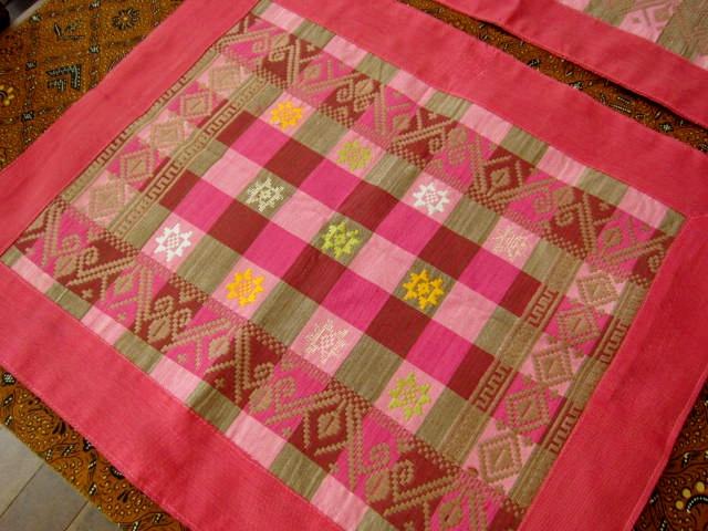 バリ島のソンケット(浮き織り)製ランチョンマット(ピンク&ブラウン チェック)SK007