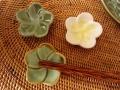 バリ島・タバナン焼き フランジパニのお箸置き(グリーン/ブラウン&グリーン/ホワイト)IA029