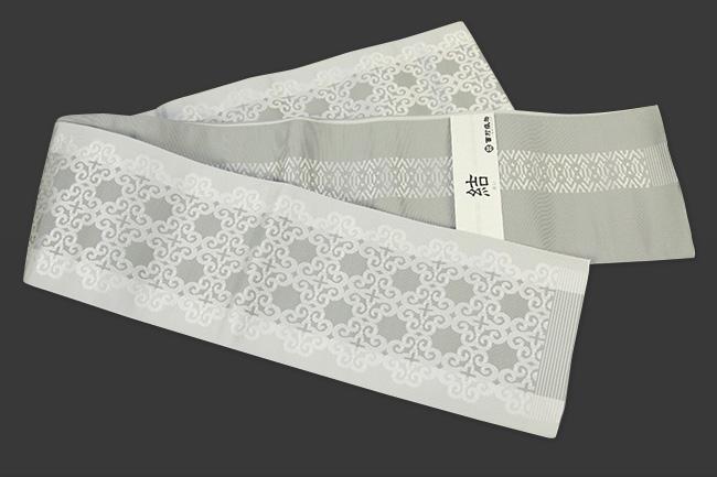 西村織物 結 博多織 正絹半幅帯 かがり仕立付 アラベスク 絹100% 薄灰