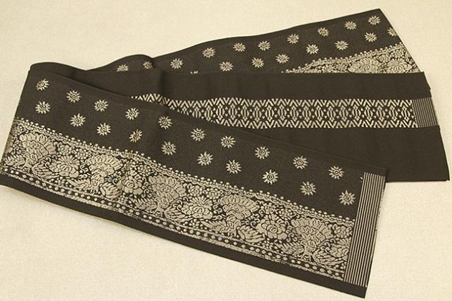 西村織物 結 博多織 正絹半幅帯 かがり仕立付 孔雀文 絹100% カーキ
