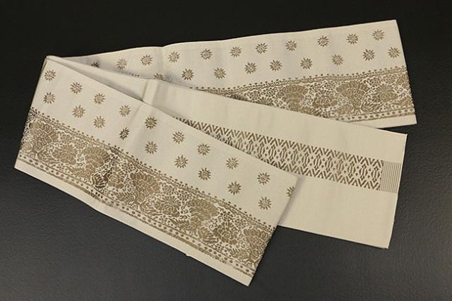 西村織物 結 博多織 正絹半幅帯 かがり仕立付 孔雀文 絹100% ベージュ×黄土