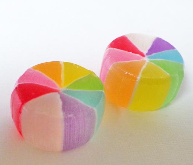 昔ながらの飴。カラフルで綺麗な虹色の風車飴は昔ながらの飴 | 飴の ...