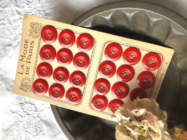 フランスアンティーク 赤の大きめボタンシート 24個 Φ2,2cm