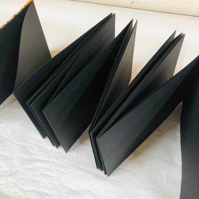 黒印帳 黒和紙 見開き