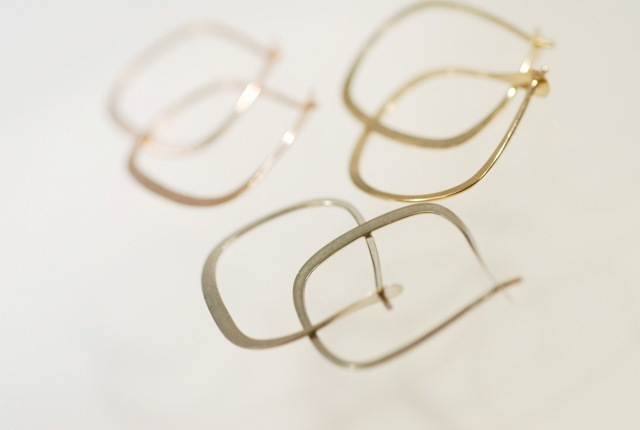 Melissa Joy Manning 「Square Hoops」 ゴールドピアス S (W17×H20mm)