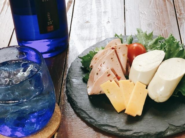 ぬちぐすいセット vol.5 守禮BLUE古酒25度720ml&チーズ&ソーセージ(送料込)(冷蔵便)【同梱不可】