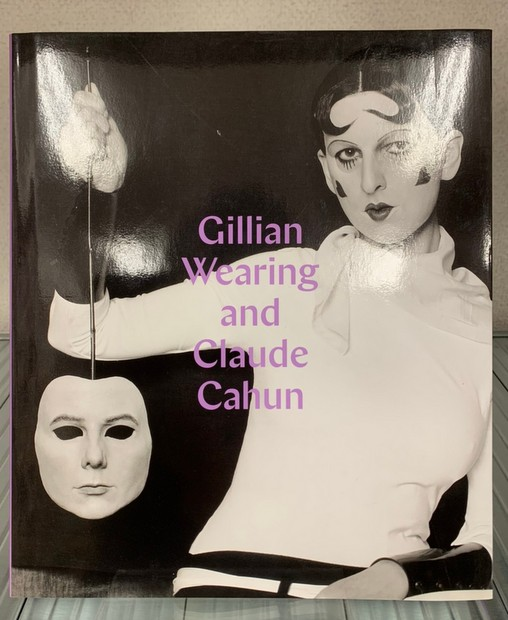 Behind the mask, another mask 作:Gillian Wearing, Claude Cahun 解説:Sarah Howgate ジリアン・ウェアリング、クロード・カアン 洋書