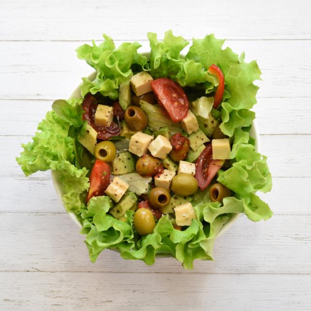 オリーブを使用したサラダのイメージです。
