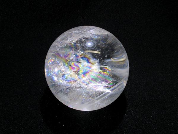 美しい虹を閉じ込めた天然虹入水晶、レインボークォーツ丸玉