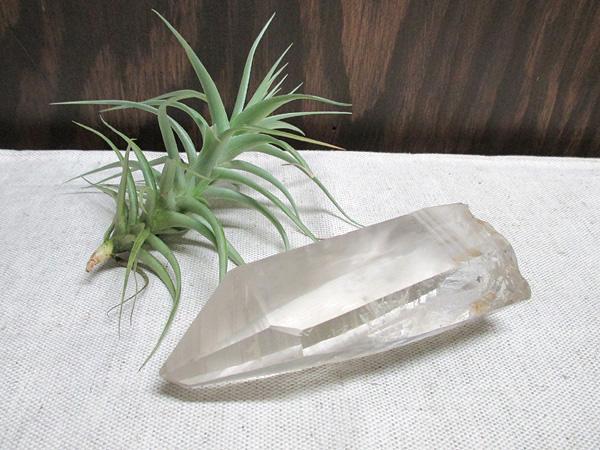 ブラジル、バイーア州産の希少な水晶単結晶原石(レーザークリスタル)