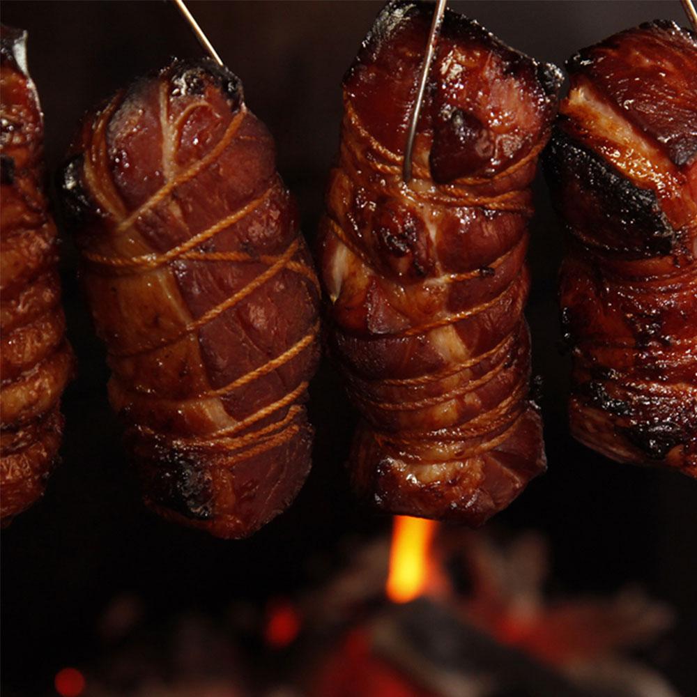 鹿児島ますや特製タレに数日漬け込み、味が染み込んだ肩ロースを、樫炭でじっくりと焼き上げました。肩ロース焼豚ブロック250g