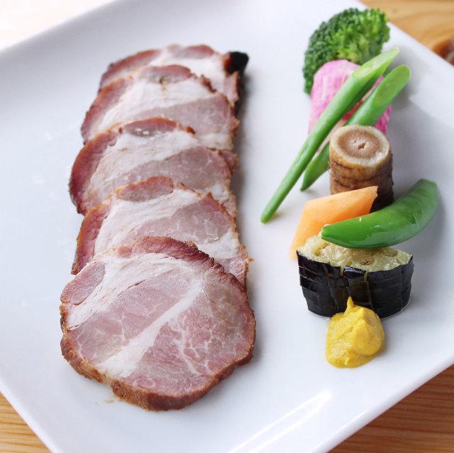 スライスした鹿児島ますやの焼豚をメインに、いろどり野菜を添えてみました。肩ロース焼豚ブロック250g
