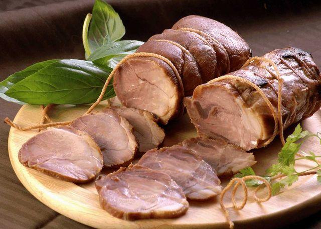 鹿児島県産黒豚100%と自然の旨みあふれる秘伝のタレで造った無添加焼豚です。鹿児島ますや 肩ロース焼豚ブロック250g