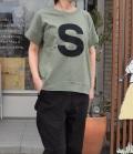 6°vocaLe キャピタルレターTシャツ ミリタリー(Lady's)