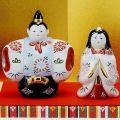 【送料無料】【雛人形】桃の節句 ギフト ご贈答品に 九谷焼4号立雛 白小菊 (台/屏風/敷物/立札付)