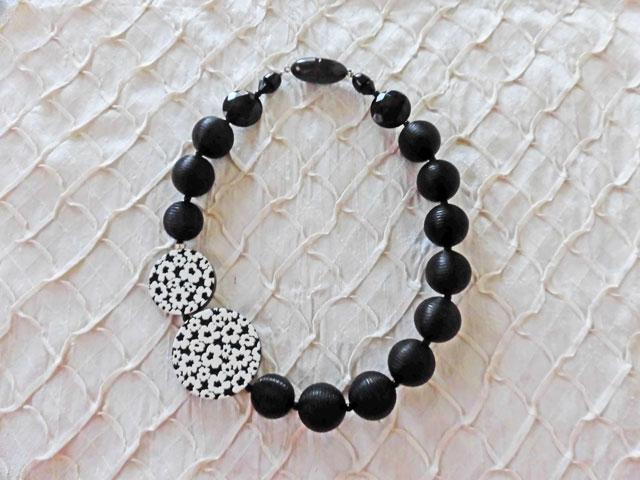 アンジェラ、円形フラワースクルテゥーラポイントネックレスNK7006-BK ブラック