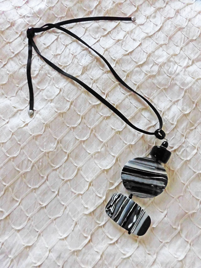 アンジェラ、墨流しマーブル2ポイントヒモネックレスNK1001-BK-WH ブラック&ホワイト