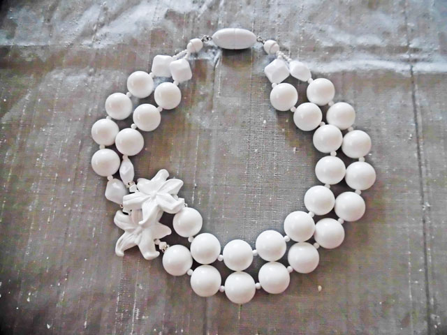 アンジェラ、フラワーポイント2連ボールネックレスNK8004-WH ホワイト