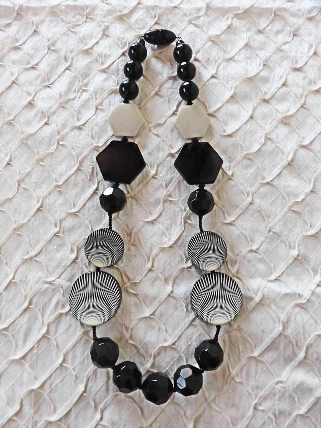 アンジェラ、ゲオメトリコネックレス(ロング)NK7004-BK Kブラック