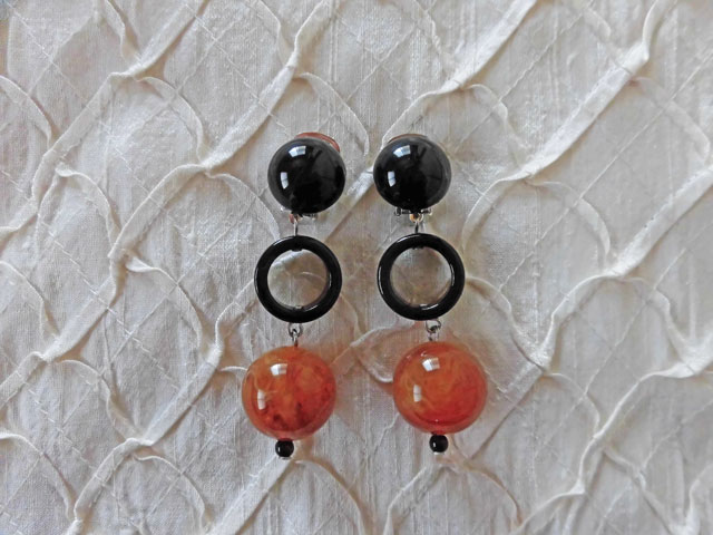 アンジェラ、ボール&ブラックリングスイングイヤリングER8002-AM アンバー