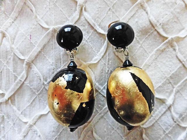 アンジェラ、オーバルボールスイングイヤリングER9003-BK-GD ブラック&ゴールド