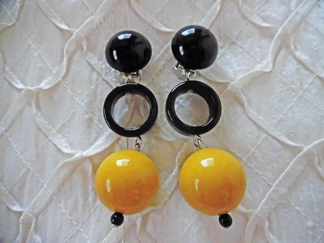 アンジェラ、ボール&ブラックリングスイングイヤリングER8002-MY マスタードイエロー