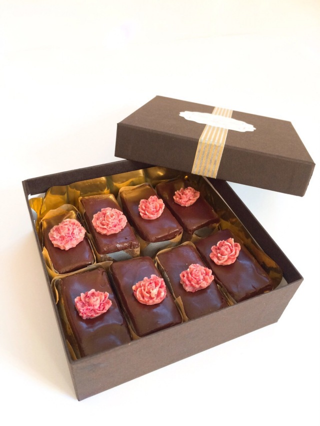 《ロースイーツ》濃厚クラシックチョコレートケーキ(シークレットガーデン)~original キャラメル~8カット
