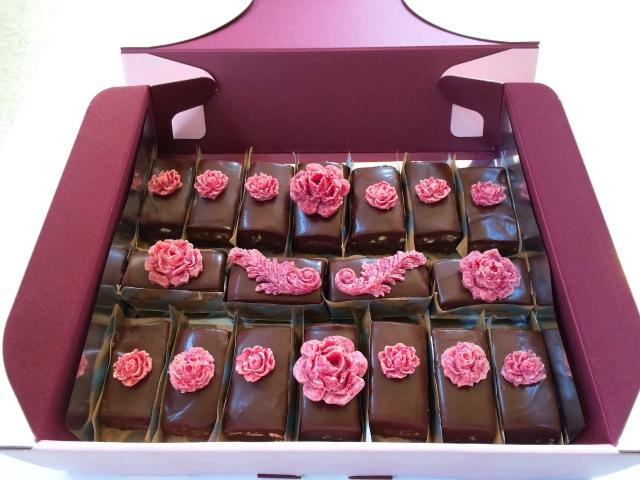 《ロースイーツ》濃厚クラシックチョコレートケーキ(シークレットガーデン) ~originalキャラメル~18カット