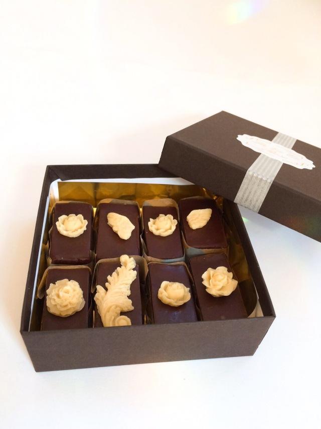 《ロースイーツ》濃厚クラシックチョコレートケーキ(天使の微笑み)8カット