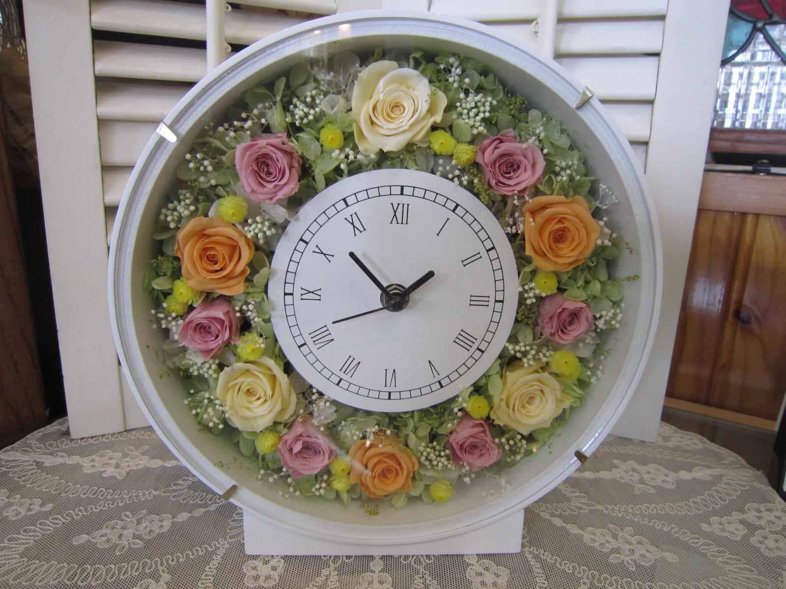 プレゼントに人気!プリザーブドフラワーでアレンジした木製時計 花時計 丸型