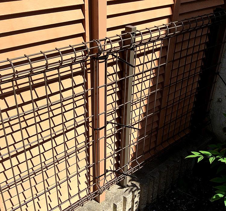 ↓『ラティスを一直線にきれいに取り付けるためには、既存フェンスの支柱をうまくかわしているところが最も重要なポイントなります。この連結棒を使うことにより、