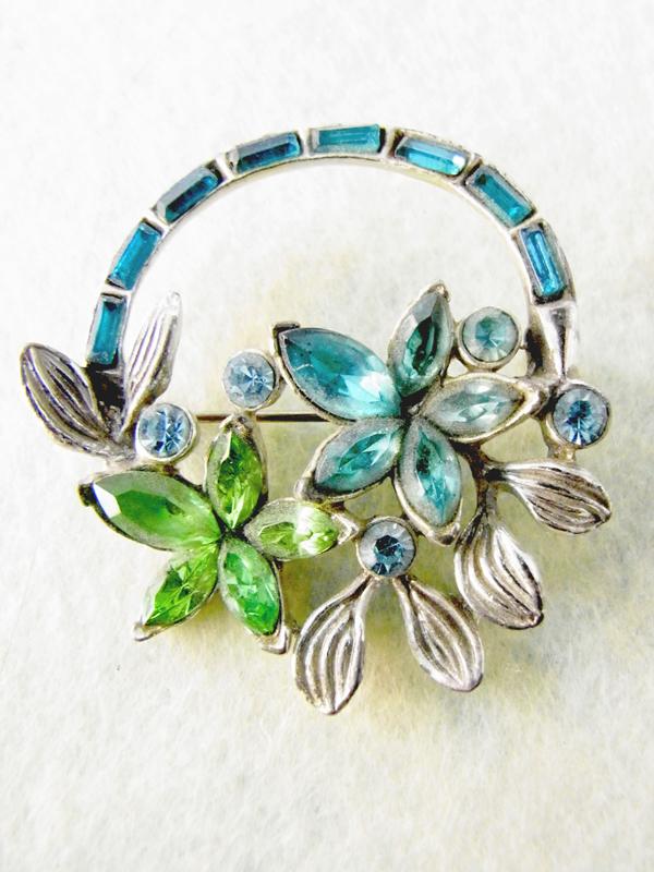 ロンドン買い付けブルー.グリーンラインストーン花飾りモチーフ.ヴィンテージブローチ09uk803