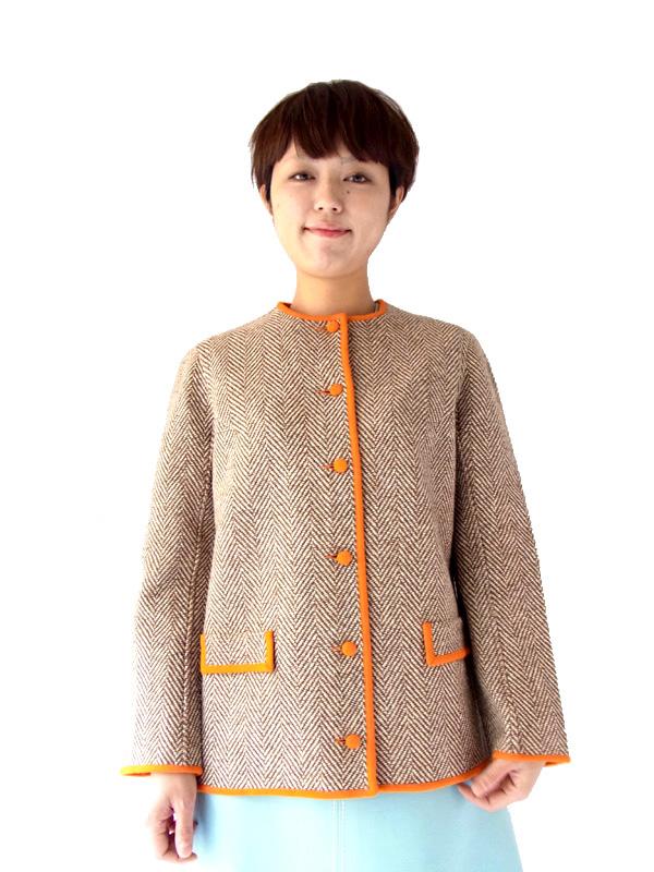 やわらかなブラウンにオレンジ、キュートなラインが素敵な今秋注目のノーカラージャケット