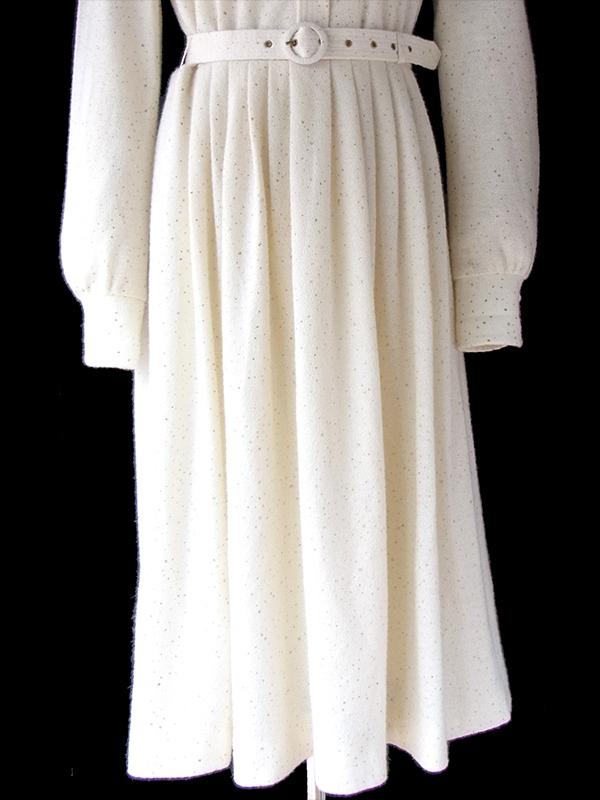 ヨーロッパ古着 ロンドン買い付け 70年代製 オフホワイト X ゴールド ラメ 共布ベルト付き ヴィンテージ ワンピース 16BS415