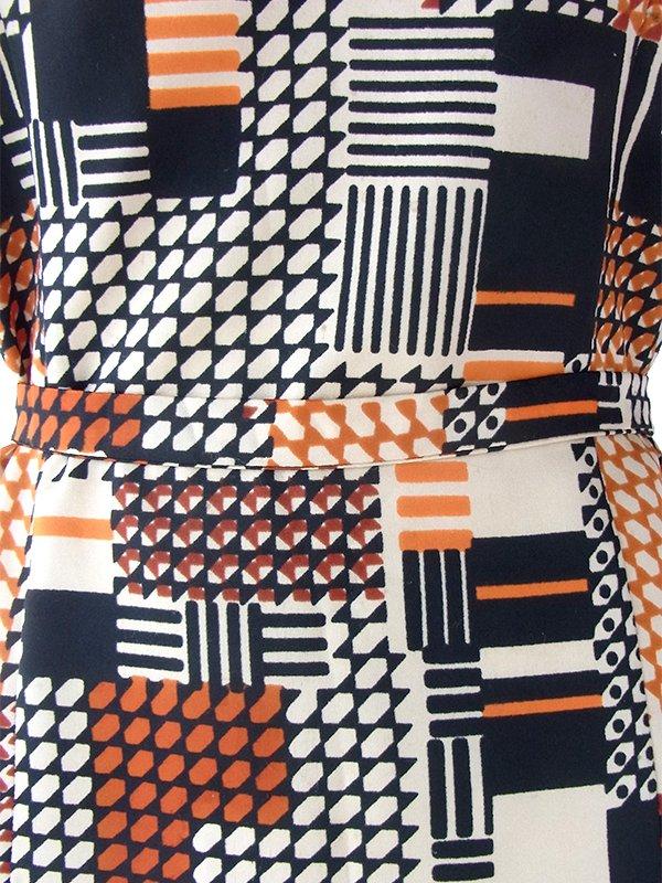 ヨーロッパ古着 ロンドン買い付け 70年代製 ベージュ・オレンジ・ブラック アールデコ調プリント 共布ベルト付き ワンピース 16OM927
