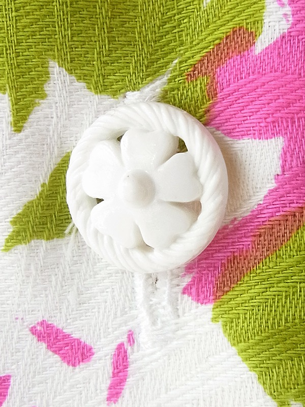 ヨーロッパ古着 ロンドン買い付け 60年代製 ホワイト X 凹凸でレトロ模様の浮かぶ生地 カラフル花柄 ワンピース 18OM209
