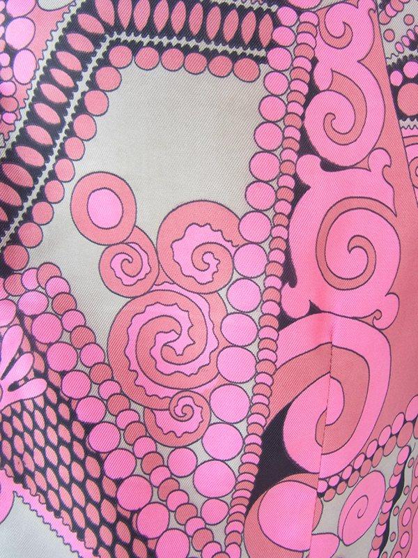 ヨーロッパ古着 ロンドン買い付け 70年代製 控えめな光沢のピンク X シルバー・ブラック ボウタイ ワンピース 21BS107
