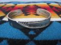 MICHAEL ROANHORSE マイケルローアンホース ナバホ族 コンテンポラリー スタンプワーク シルバーバングル インディアンジュエリー 送料無料