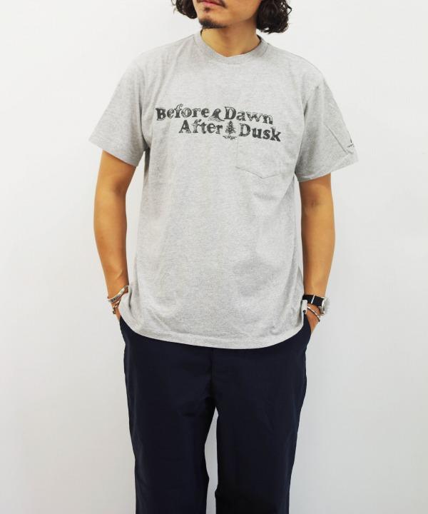 エンジニアド ガーメンツ/Engineered Garments Printed Cross Crew Neck T-shirt - Before Down(全2色)