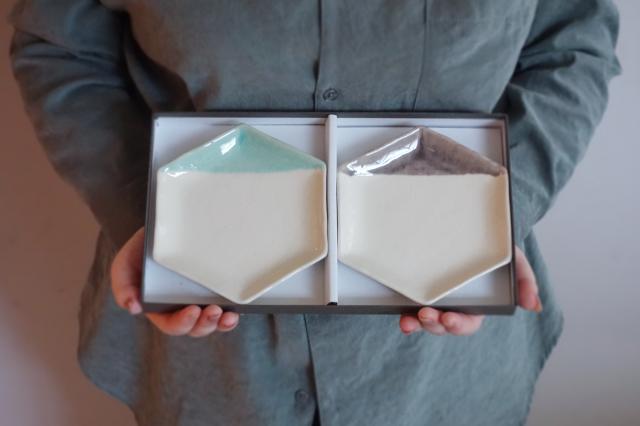 m.m.d. / 取皿2枚セット ギフトボックス&熨斗付き / 2分掛け青磁 + グレーパープル / 爽やかなふたり / 瀬戸焼