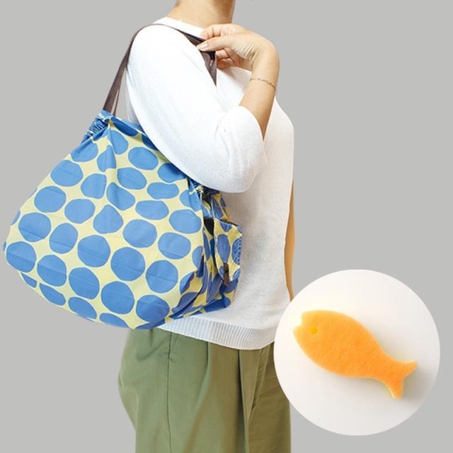 ShupattoコンパクトバッグMサイズ 水玉ドットエコバック肩掛けイメージ・黄色おさかなスポンジ