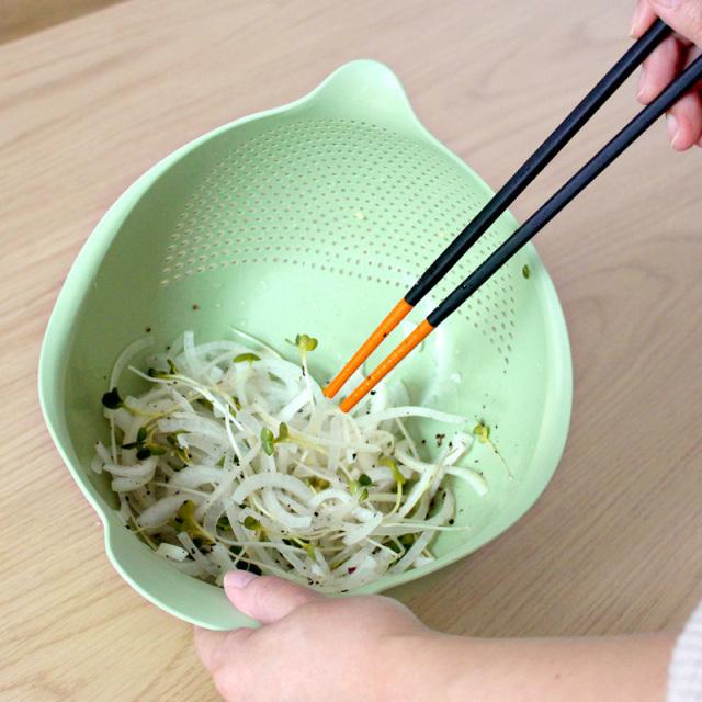 トリの水切りボウル・ざる Mサイズで野菜を和えているイメージ