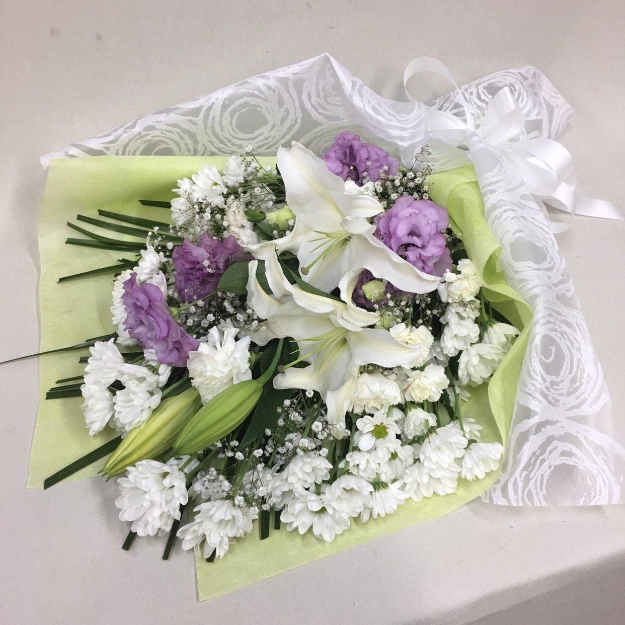 3326 【供花】ユリとカーネーションの花束WPP(H70) Cスタイル