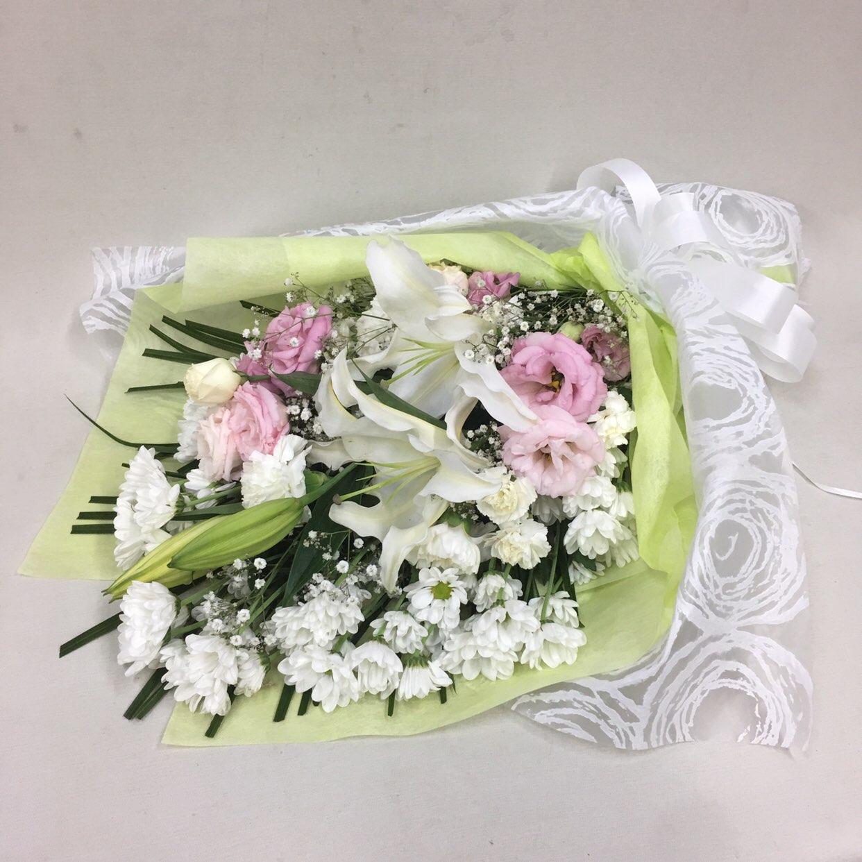 3327 【供花】ユリとカーネーションの花束WP(H70) Cスタイル